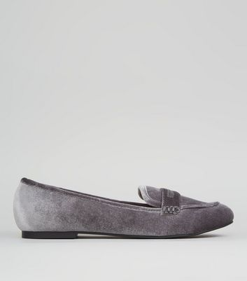 Graue Loafers aus Samt