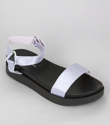 Weinrote Satin-Sandalen in Metallic-Optik mit Klettriemen