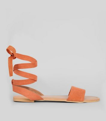 Wide Fit – Bindesandalen in Wildleder-Optik in Orange