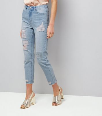Tori – Zartblaue, zerrissene Mom Jeans in Patchwork-Optik