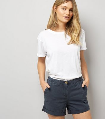 Marineblaue Chino-Shorts