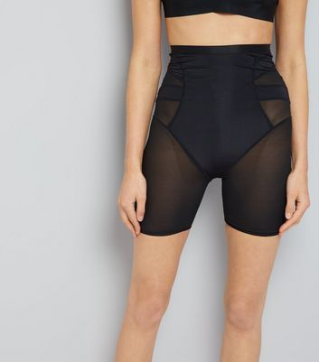 Short noir sculptant à empiècements en tulle