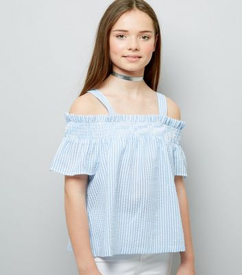 Teenager – Blau gestreiftes Cold-Shoulder Top im Seersucker-Stil