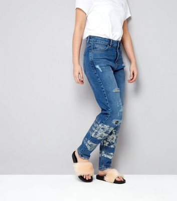Teenager – Blaue, zerrissene Mom Jeans mit Metallic-Aufdruck am Saum