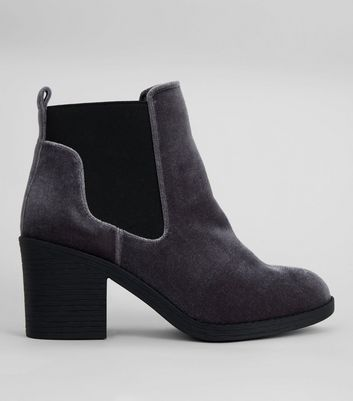 Wide Fit – Graue Ankle Boots aus Samt