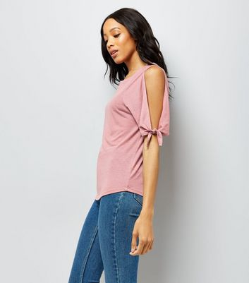 Rosafarbenes Cold-Shoulder-T-Shirt mit Bindeärmeln