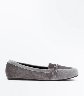 Wide Fit - Mocassins gris en velours avec ornement en métal