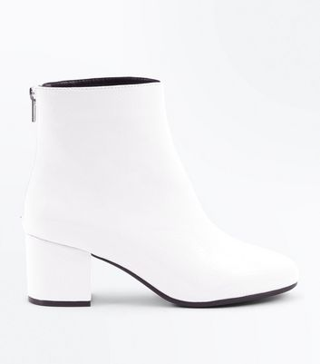 Wide Fit - Boots blanches vernies à talons blocs
