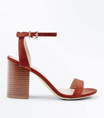 ... Chaussures en suédine rouge brique à talons blocs en bois