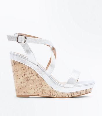 ... Chaussures argentées métallisées à brides et semelles compensées en  liège