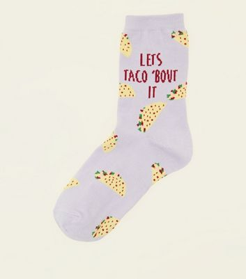 "Helllila Socken mit ""Let's Taco Bout It""-Slogan"