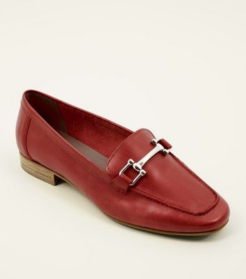 Mocassins rouges en cuir à barre à l'avant