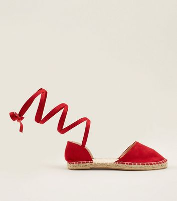 Wide Fit – Rote Espadrilles in Wildleder-Optik mit Fesselriemchen