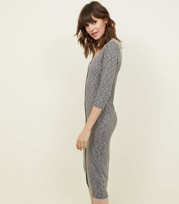 Une robe asymetrique grise new look