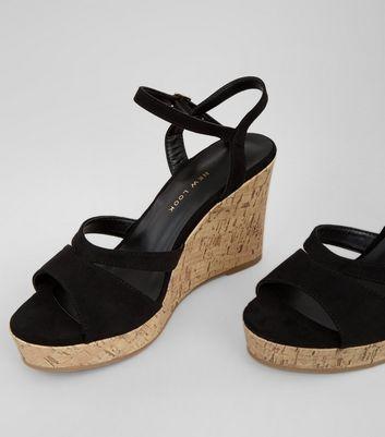Schwarze High Heels aus Wildlederimitat mit Keilabsatz aus Kork, weite Passform Für später speichern Von gespeicherten Artikeln entfernen
