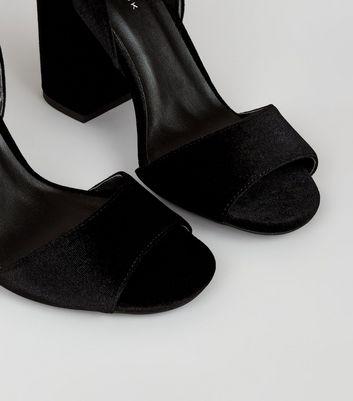 black-velvet-diamant-a-buckle-block-heel-sandals