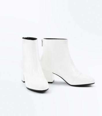 Wide Fit Boots blanches vernies à talons blocs Ajouter à la Wishlist Supprimer de la Wishlist