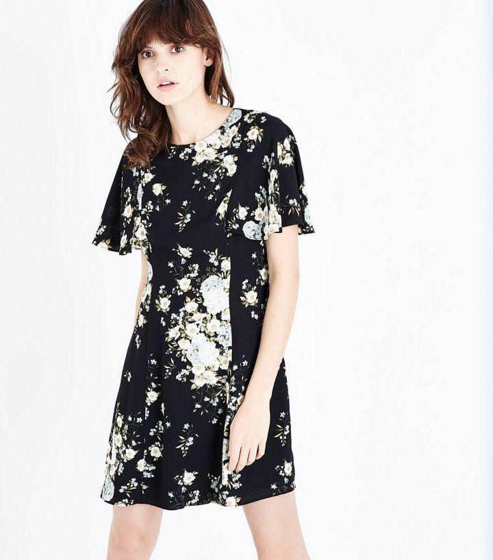 7671fcc2140e Schwarzes, ausgestelltes Kleid mit Blumenmuster und weit auslaufenden  Ärmeln Für später speichern Von gespeicherten Artikeln entfernen
