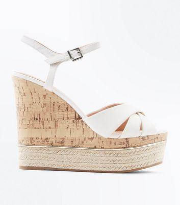 Weisse Schuhe Mit Keilabsatz Aus Kork Und Metallbesatz Sowie