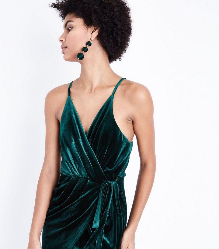b26aa60cedb Cameo Rose - Robe mi-longue en velours vert à encolure cache-cœur ...