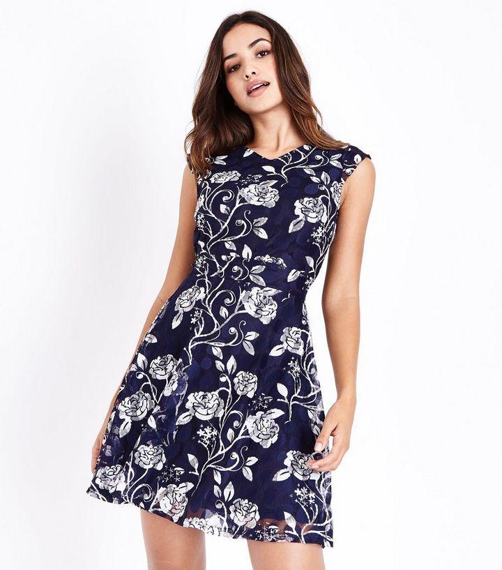 official photos 3fd4b 3f898 Mela – Blaues Kleid mit Blumenmuster und Spitze Für später speichern Von  gespeicherten Artikeln entfernen