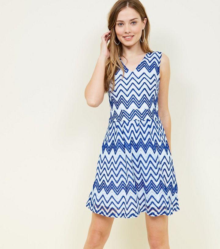size 40 c418f 915dd Mela – Blaues Kleid mit Spitze und Zickzack-Muster Für später speichern Von  gespeicherten Artikeln entfernen