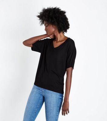 Schwarzes Oversized-T-Shirt mit V-Ausschnitt Für später speichern Von  gespeicherten Artikeln entfernen