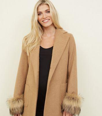 Umstandsmode – Beiger Mantel mit abnehmbarem Fake Fur Besatz Für später speichern Von gespeicherten Artikeln entfernen