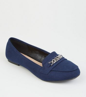 Wide Fit – Marineblaue Loafers in Wildleder-Optik mit Zierkette