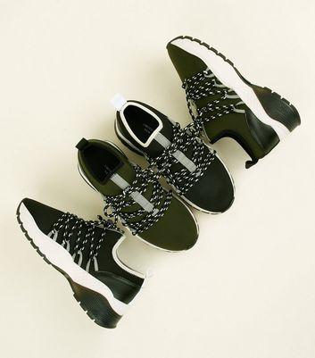 Limited Edition – Schwarze Sneaker mit Hiking Schnürung und dicker Sohle Für später speichern Von gespeicherten Artikeln entfernen