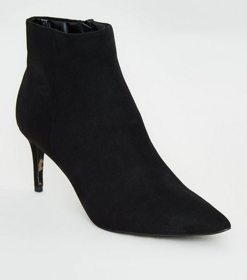 08e87e56a374 ... Schwarze, spitze Ankle Boots mit Leopardenmuster an der Sohle ...