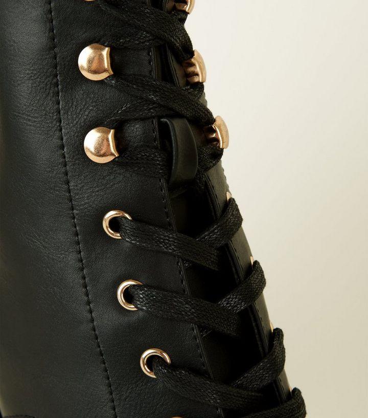 new concept 20ad1 c73d1 Schwarze Ankle Boots zum Schnüren mit Kette und breitem Absatz Für später  speichern Von gespeicherten Artikeln entfernen