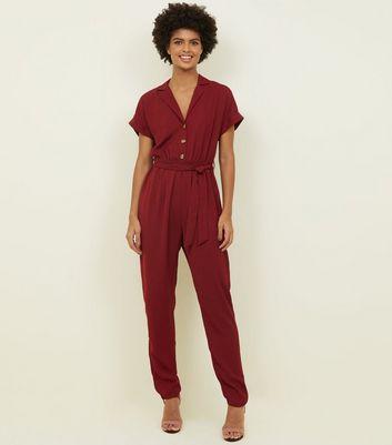 Tall – Weinroter Jumpsuit mit Taillenband und Knopfleiste vorne Für später speichern Von gespeicherten Artikeln entfernen
