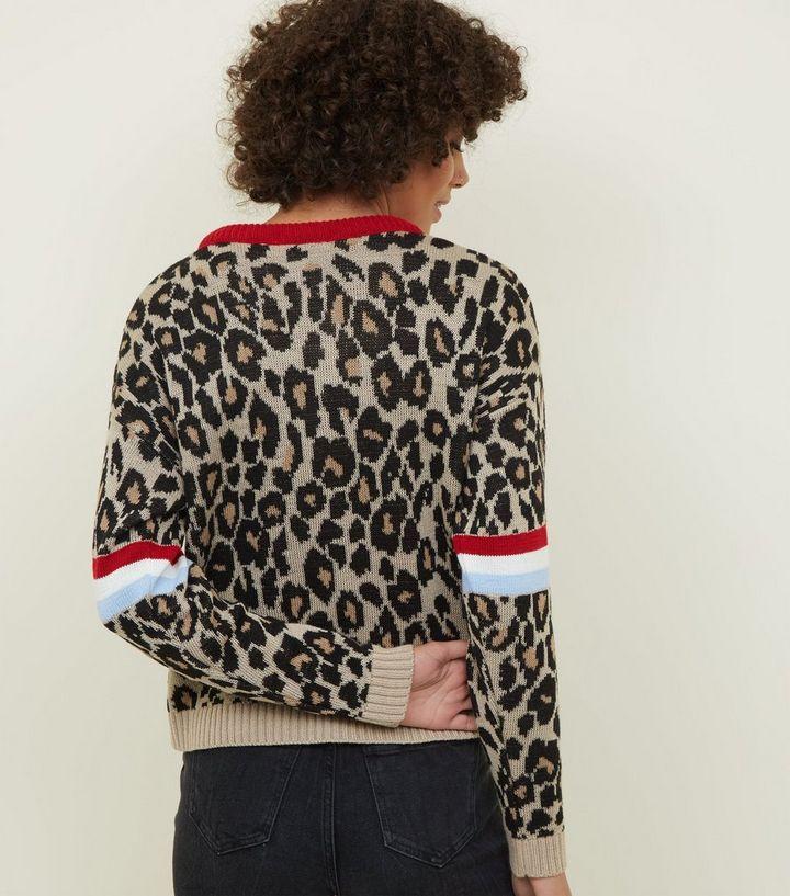 35022b8a04f4 ... Pullover   Cardigans · Carpe Diem – Brauner Chevron-Pulli mit  Leoparden-Print. ×. ×. ×. Hol dir den Look