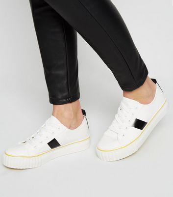 Weiße Sneaker zum Schnüren mit seitlichen Streifen Für später speichern Von gespeicherten Artikeln entfernen