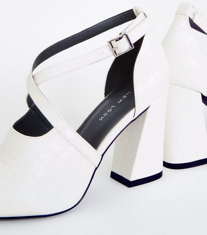 ca43af5094b2e3 Weiße Schuhe in Kroko-Optik mit ausgestelltem Absatz
