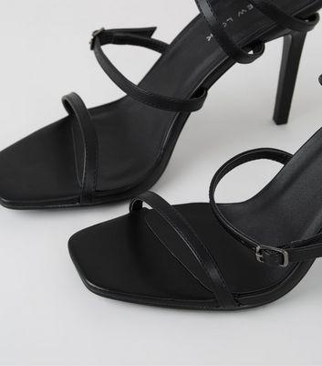 Schwarze High Heels mit Riemchen und eckigem Stiletto Absatz Für später speichern Von gespeicherten Artikeln entfernen