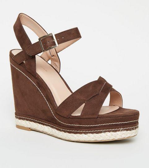 9adb467cad6c8 ... Chaussures rouge brique à semelles compensées, brides croisées et  coutures contrastantes ...