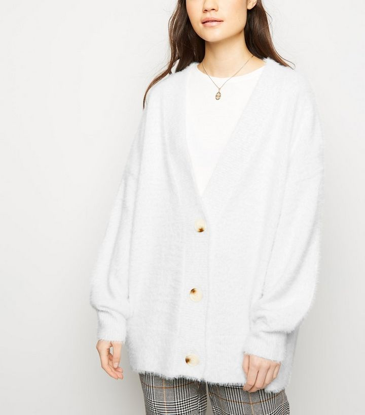 official photos fbaae 16b77 Flauschige Oversize-Strickjacke in gedecktem Weiß Für später speichern Von  gespeicherten Artikeln entfernen