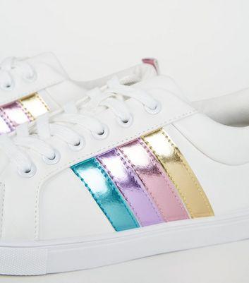 Weiße Sneaker mit mehreren Details