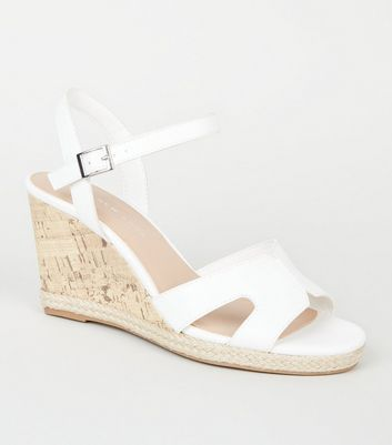 Wide Fit – Weiße Sandalen mit Keilabsatz in Kork-Optik