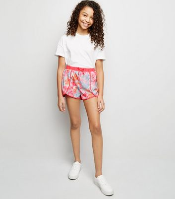 Girls – Strand-Shorts mit Batikmuster in Neonrosa