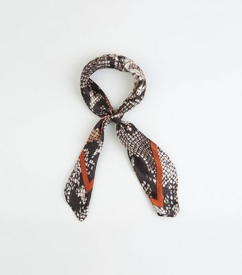 Foulard carré orange en satin à imprimé peau de serpent