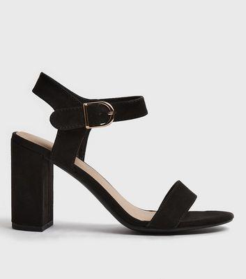 Schwarze Sandalen in Wildleder Optik mit Riemchen und Blockabsatz Für später speichern Von gespeicherten Artikeln entfernen