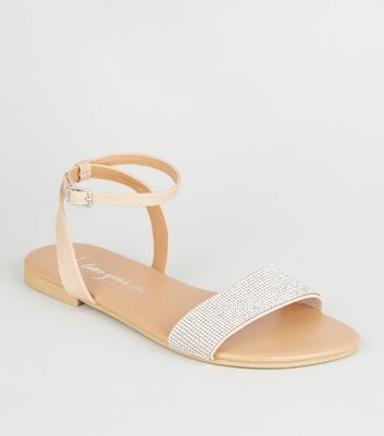 Wide Fit – Nudefarbene Sandalen in Leder-Optik mit Strass