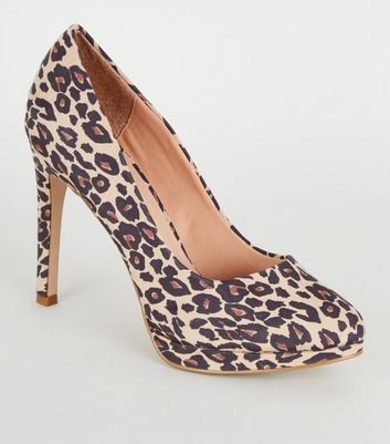 Graue Pumps in Wildleder-Optik mit Leopardenmuster