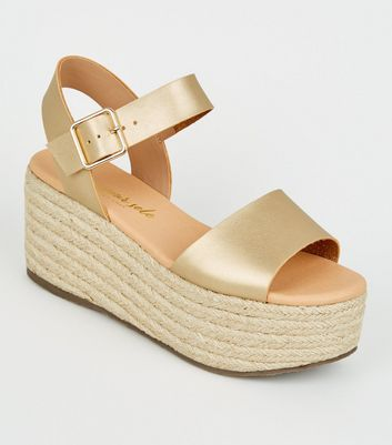Goldfarbene Espadrilles-Plateausandalen in Metallic-Optik