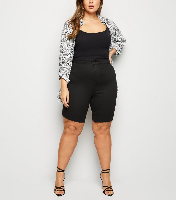 88620f574b24bf Curves – Schwarze, knielange Jeansshorts mit offenem Saum | New Look