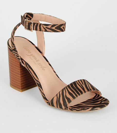 bd8ea975a74348 ... Chaussures en suédine marron à talons blocs en bois et imprimé tigre ...