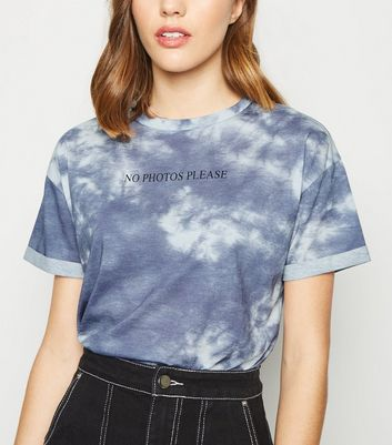 "Blaues T-Shirt mit ""No Photos Please""-Slogan und Batikmuster"